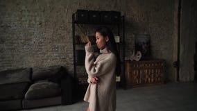 Замедленное движение - азиатская женщина Счастливый молодой женский тратя праздник девушка бежит далеко от камеры, улыбок и движе видеоматериал