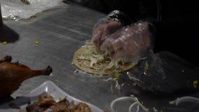 Замедленное движение азиатской женщины подготавливая известное блюдо Пекин утки Делать буррито сток-видео