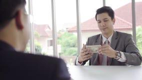 Замедленное движение - бизнесмен подписывая домашнее согласование контракта и проверки акции видеоматериалы