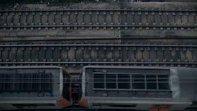Замедленное движение взгляд сверху на поездах сток-видео