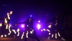 Замедленное движение выставки огня Мальчики и девушки выполнили танцы с огнем в ноче на улице в парке Часть 28 акции видеоматериалы