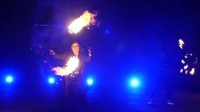 Замедленное движение выставки огня Мальчики и девушки выполнили танцы с огнем в ноче на улице в парке Часть 26 видеоматериал