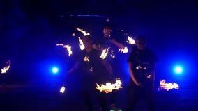 Замедленное движение выставки огня Мальчики и девушки выполнили танцы с огнем в ноче на улице в парке Часть 43 акции видеоматериалы
