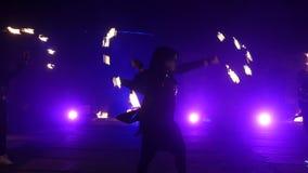 Замедленное движение выставки огня Мальчики и девушки выполнили танцы с огнем в ноче на улице в парке Часть 29 видеоматериал