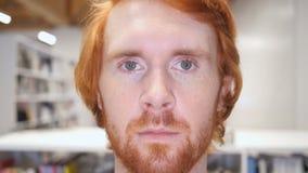 Замедленное движение искать человека бороды, конца вверх двигать наблюдает видеоматериал