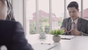 Замедленное движение - красивая секретарша женщины давая документ к бизнесмену к подписанию контракта, рекрутства