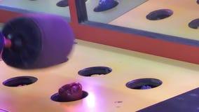 Замедленное движение людей играя игру сильный удар видеоматериал