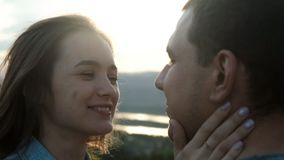 Замедленное движение молодой пары имея потеху и целуя на заходе солнца сток-видео