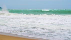 ЗАМЕДЛЕННОЕ ДВИЖЕНИЕ, море развевает на тропическом острове сток-видео