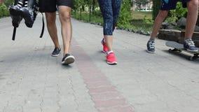 Замедленное движение пересечения города прогулки пешеходов людей Карданный подвес стабилизировал отслеживать съемку анонимной тол акции видеоматериалы