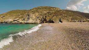 Замедленное движение пляжа Zorkos в острове Andros в Греции Красивое touristic назначение сток-видео