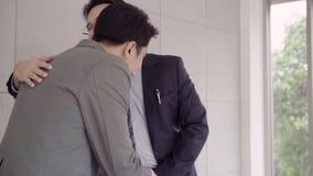 Замедленное движение - рукопожатие для того чтобы загерметизировать дело после встречи рекрутства работы