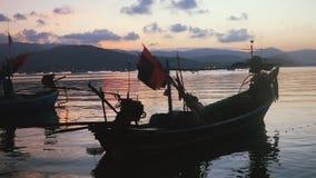 Замедленное движение сняло плавания шлюпки в тихом море на пристани Сцена на красивом заходе солнца на тропическом острове 1920x1 видеоматериал