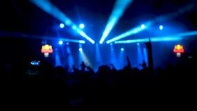 Замедленное движение сняло этапа концерта с яркими светами строба сток-видео