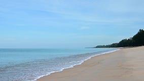 Замедленное движение снятое волн моря на песчаном пляже акции видеоматериалы
