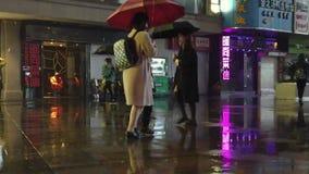 Замедленное движение снятое дождливой улицы акции видеоматериалы