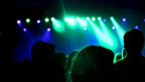 Замедленное движение снятое от задней толпы tof на событии музыки акции видеоматериалы