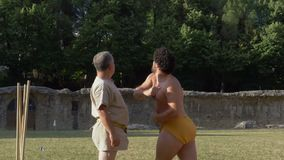 Замедленное движение старого диска Соревнования Античных Олимпийских игр Рима бросая сток-видео