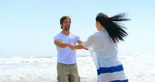 Замедленное движение счастливых молодых кавказских пар на пляже 4k видеоматериал