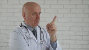 Замедленное движение с серьезным кивком доктора и сделать предупреждает жесты пальца сток-видео
