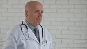 Замедленное движение с уверенным доктором делая отказывает главные жесты кивает акции видеоматериалы