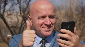 Замедленное движение с чтением человека на мобильных хороших новостях и сделать жесты рукой победы акции видеоматериалы