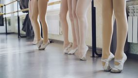 Замедленное движение тонких ног ` s женщин в pointe обувает положение на цыпочках двигая грациозно и протягивая во время балета сток-видео