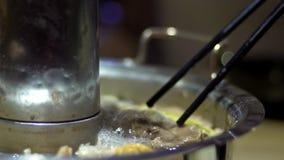 Замедленное движение традиционного бака Пекин горячего с в форме донут латунным баком сток-видео