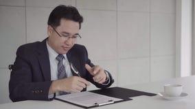 Замедленное движение - умные красивые бизнесмены встречая в рабочем месте с его коллегой и подписывая контракт акции видеоматериалы