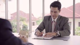 Замедленное движение - умные красивые бизнесмены подписывая контракт, рекрутство и согласование дома с концепцией агенства видеоматериал