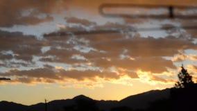 Замедляйте moving апельсин и желтые облака восхода солнца от крыши акции видеоматериалы