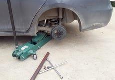 Замена автошины колеса автомобиля Стоковые Фото
