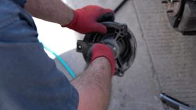 Замена вентилятора гибридного автомобиля от задней части автомобиля сток-видео