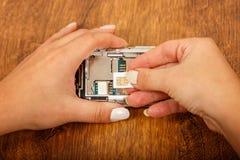 Замена карточки SIM в smartphone Стоковое Изображение