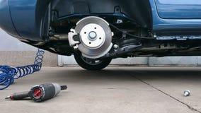 Замена покрышки автомобиля Стоковое фото RF