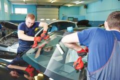 Замена windscreen лобового стекла стоковая фотография