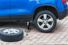 Замените автошины лета против автошин зимы Стоковые Фотографии RF