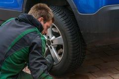 Замените автошины лета против автошин зимы Стоковые Изображения
