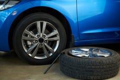 Заменять поврежденное обслуживание колеса автомобиля Стоковая Фотография