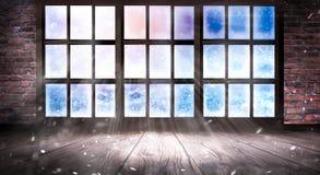 Замерзается окно, морозное утро, снежинки на стекле, пустая комната с окном, старая кирпичная стена и деревянный пол стоковое фото rf