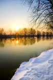 замерзано над заходом солнца реки стоковое изображение
