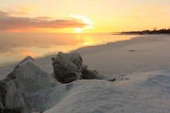 Замерзать воды в реке, образование льда, заход солнца, резервуар Ob, Сибирь стоковые изображения