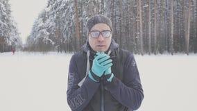 Замерзать и морозный парень в парке Стоковая Фотография RF