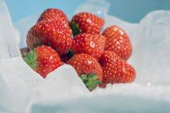 Замерзают свежие сочные ягоды клубники на красивой белизне b стоковое изображение rf