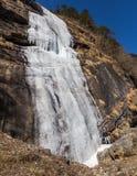 Замерзая водопад который летел от горы на Lachen Северный Сикким, Индия Стоковое Изображение