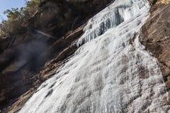 Замерзая водопад который летел от горы на Lachen Северный Сикким, Индия Стоковая Фотография