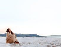 Замерзая холодная женщина Стоковое фото RF