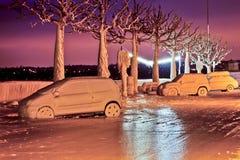 замерли автомобили, котор стоковая фотография