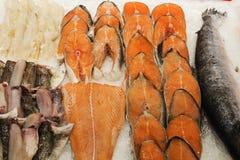 замерли рыбы, котор продажа в рынке море сбывания рынка льда рыб Азии свежее влажное Пук сырцовых, который замерли рыб на льде Стоковые Фотографии RF