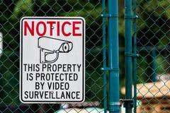 Заметьте знак наблюдения частной собственности видео- на загородке звена цепи стоковое изображение rf
